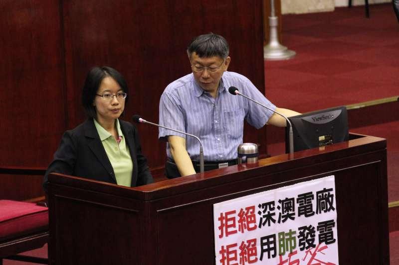 20180524-台北市議會總質詢,北農總經理吳音寧(左)、台北市長柯文哲(右)出席。(陳韡誌攝)