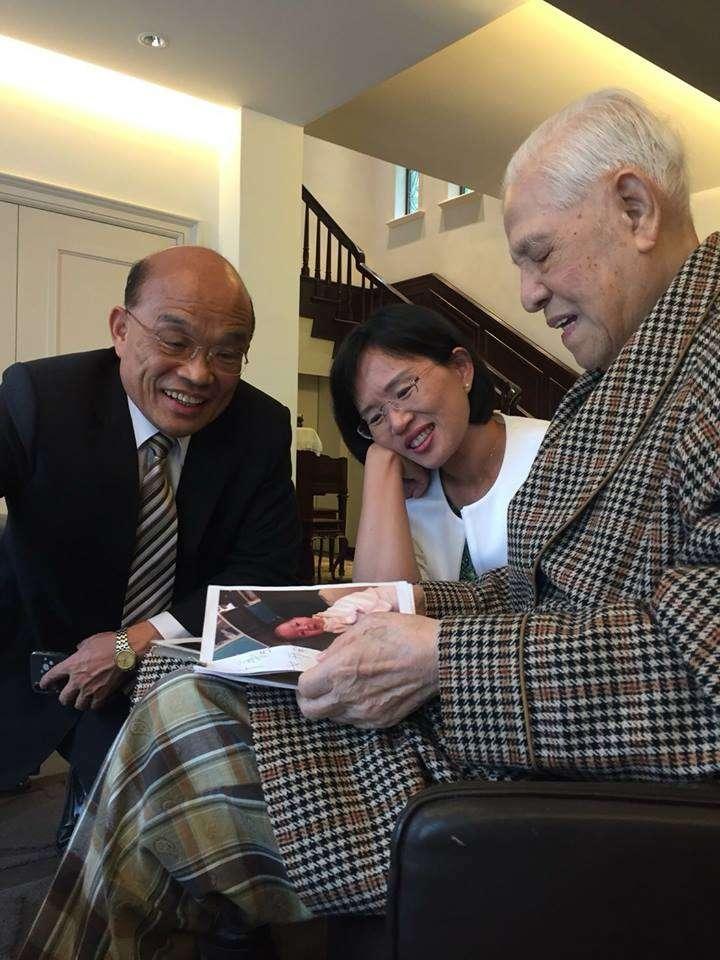 民進黨新北市長參選人蘇貞昌(左)和女兒蘇巧慧(中)拜會前總統李登輝。(取自蘇貞昌臉書)