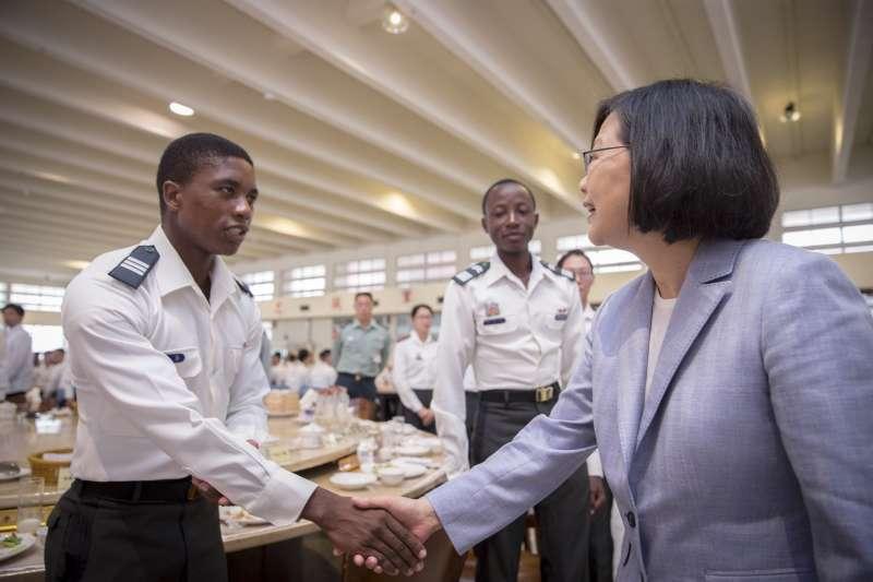 20180428_總統蔡英文在陸軍官校和學生用餐。左是史瓦濟蘭學生,中為布吉納法索學生。(總統府提供)