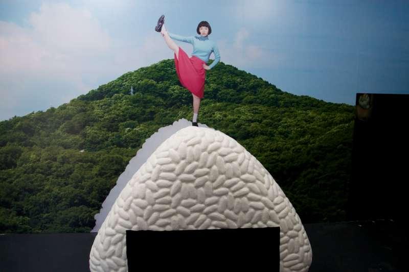 宮崎いず美展覽的會場門口所放置的「巨大飯糰山」模型。(圖/想想論壇提供)