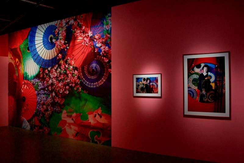 蜷川實花展覽的會場,左方的紙傘花卉背板是最受歡迎的自拍背景之一。(圖/想想論壇提供)