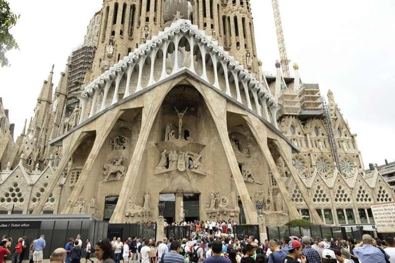 西班牙聖家堂是《起源》的重要故事地點(美聯社)