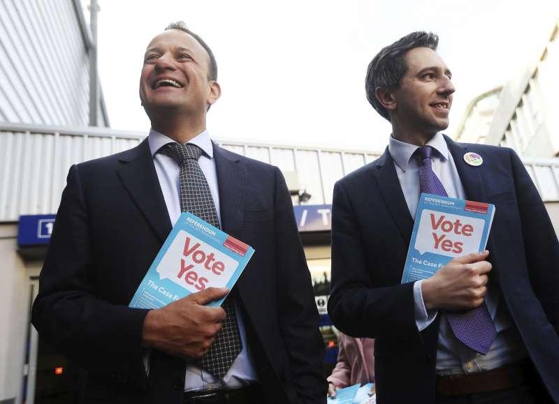 愛爾蘭總理瓦拉德卡(左)支持廢除憲法第8修正案(AP)