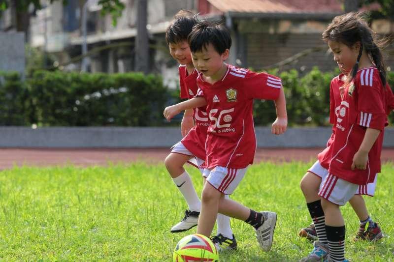 天如專題、根據教育部統計,國人願花錢參與的十大運動課程中,最新一支新進榜的「潛力股」就是足球。小孩、孩童、家長、幼兒(鍾昆翰教練提供)