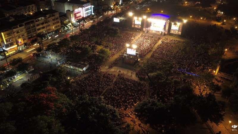 綠光臺灣野台戲劇工程《人間條件》年度最終回於5月26日在屏東市登場,現場湧入2萬人,將千禧公園擠得水洩不通。(綠光劇團提供)