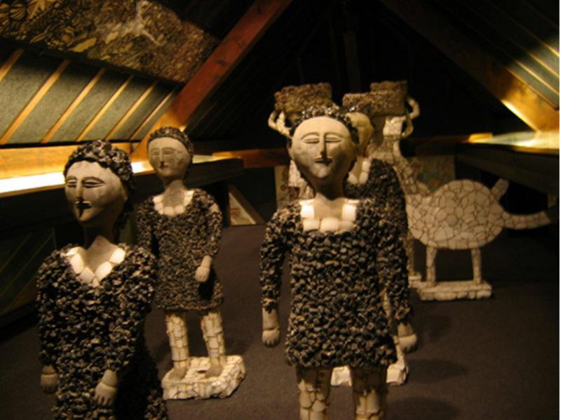 博物館一角,威爾遜·司科迪的雕塑作品。(圖/取自Collection de L'art Brut,澎湃新聞提供)
