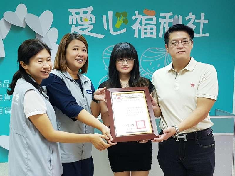 新竹市政府社會處贈牌感謝新竹市幸福快樂促進會端節愛心捐贈。(圖/方詠騰攝)