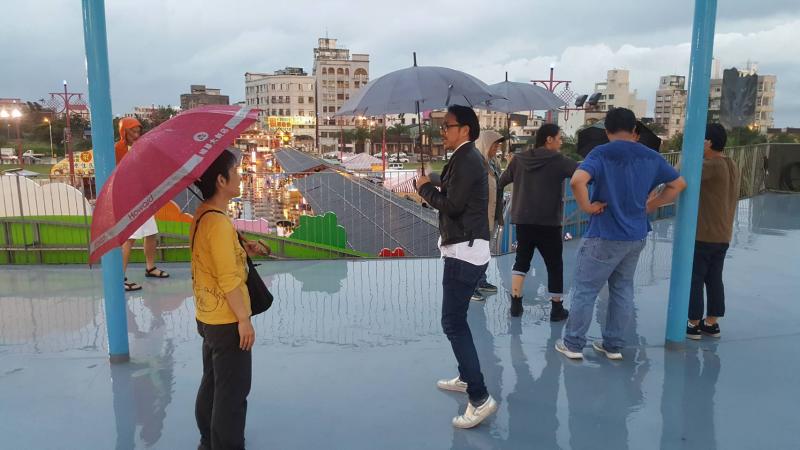 從巴黎飛来台灣的日籍導演半野喜弘(中)丶監製小坂史子(左)專程到花蓮來勘景。(圖/花蓮縣政府提供)