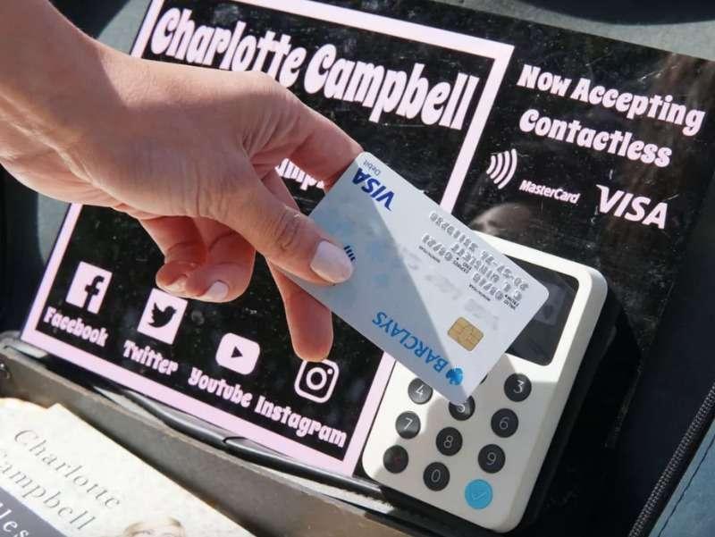 英國街頭藝人用逼卡、電子支付取代投錢。(圖/iZettle)
