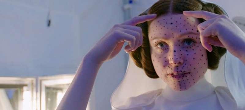 莉亞公主替身準備 CGI 戴上臉部取像感應工具。(取自網路)