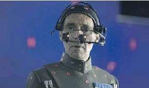 塔金總督替身 Guy Henry 準備 CGI 戴上取像感應等儀器。(取自網路)