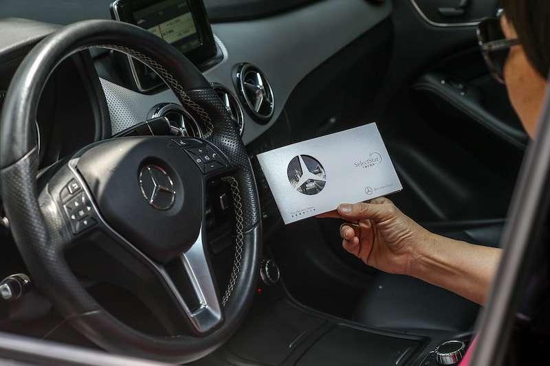車是父母的代步工具,而Mercedes-Benz Select提供的『Select Star 守護星服務』更能在第一時刻幫助我守護父母,讓我無後顧之憂。(圖/風傳媒攝)