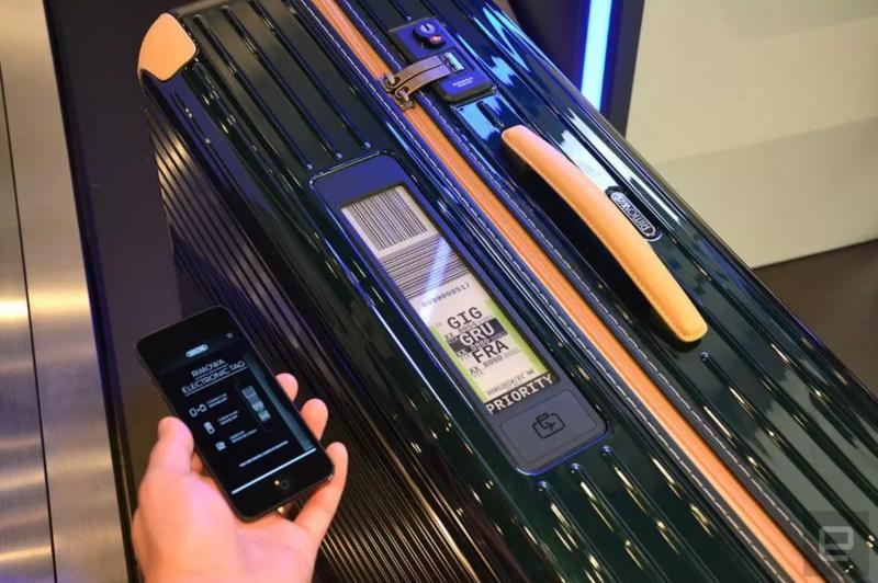 日默瓦推出的智能行李箱,可以用電子墨水顯示登機牌信息。(圖/取自Goodereader,愛范兒提供)