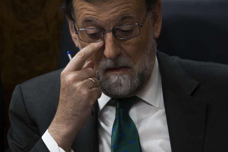 西班牙總理拉霍伊因不信任案過關,黯然下台(AP)