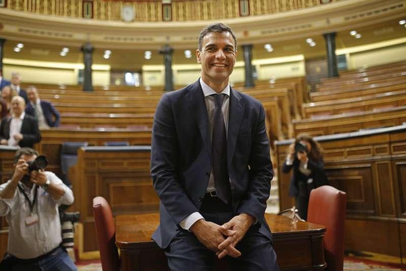 西班牙眾議院1日不信任案投票結果出爐,拉霍伊總理確定下台,工人社會黨黨魁桑切斯(中)接掌總理大位(美聯社)