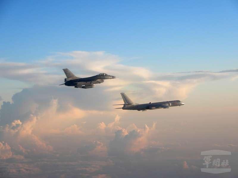 2018年5月,中國空軍「轟-6K」轟炸機(下方)遠海長訓,我 空軍F-16戰機升空監控(國防部)