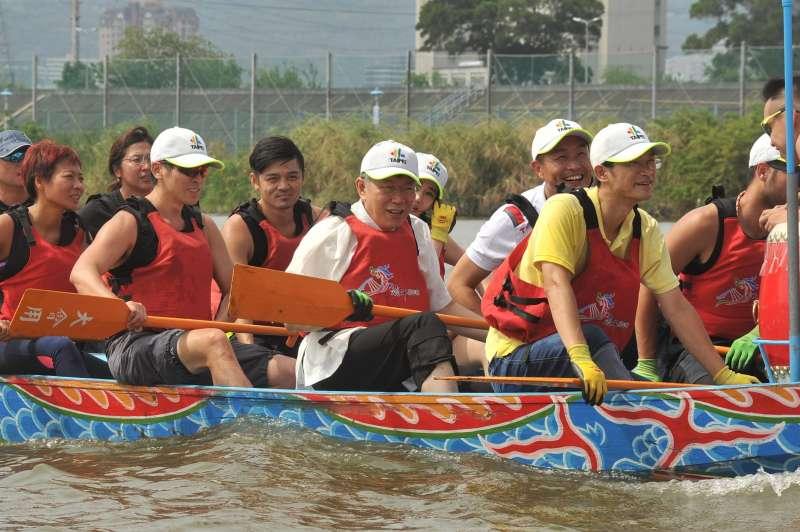 20180603-台北市長柯文哲以自己參加划龍舟活動的例子,提醒學生在真實社會,所謂的競爭力,最後還是要靠自己,因為沒有人可以幫助你過生活。(台北市政府提供)