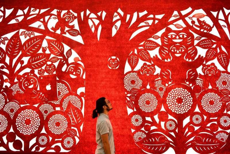 楊士毅為花博在后里園區花舞館戶外打造全台最長240公尺、薄度僅0.2公分的鐵雕剪紙藝術。(圖/台中市政府提供)