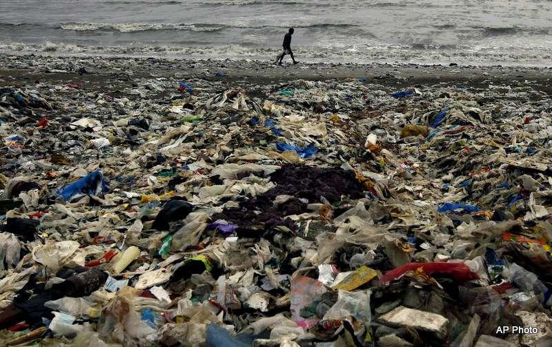 印度孟買阿拉伯海灣的海濱,塑膠垃圾堆積如山(美聯社)