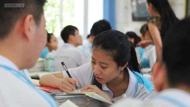 中國高考在夏季,往往天氣炎熱。(BBC中文網)