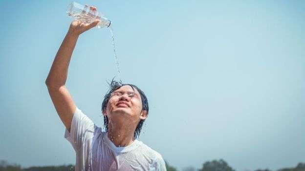 有些學生抱怨高溫天氣影響他們考試發揮。 (BBC中文網)