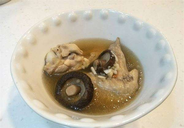 高敏敏營養師表示,清爽美味的「蒜頭香菇雞湯」就是自己很喜歡的一道大蒜料理。(圖片/高敏敏營養師提供)(圖/華人健康網提供)