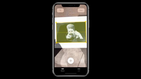 新的App「測量」可以利用AR偵測3D物體的技術,直接測量家中物品的邊長與面積。(圖/取自Apple,數位時代提供)