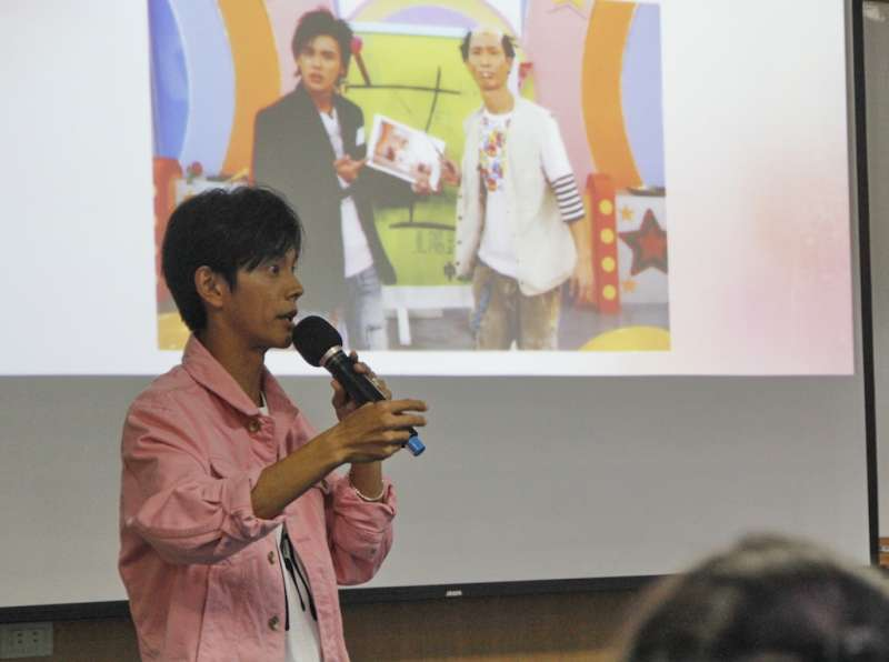 阿翔(陳秉立)以風趣演說和學生分享自己從燈光師蛻變為「食尚一哥」的成功經驗。(圖/育達科大提供)