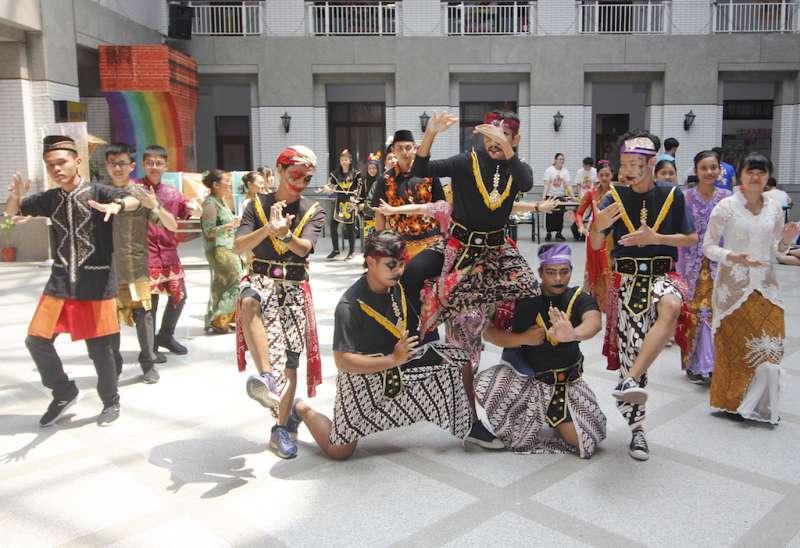 育達科大服務學習日由資管系的印尼學生表演傳統舞蹈揭開序幕。(圖/育達科大提供)