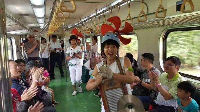 2017「移動劇場」的表演者們在火車上與民眾互動熱烈。(資料照/雲林縣政府提供)