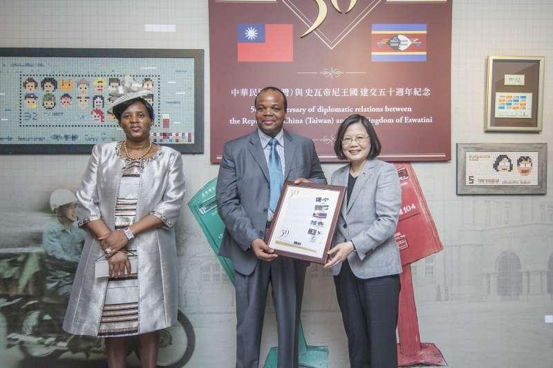20180608-總統蔡英文出席「臺史建交50周年紀念集郵票品贈送儀式」。(總統府提供)