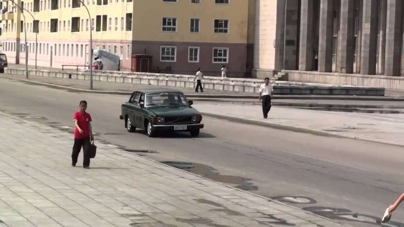 一輛瑞典「富豪汽車」(Volvo)144型轎車開過北韓首都平壤街頭(截自YouTube)