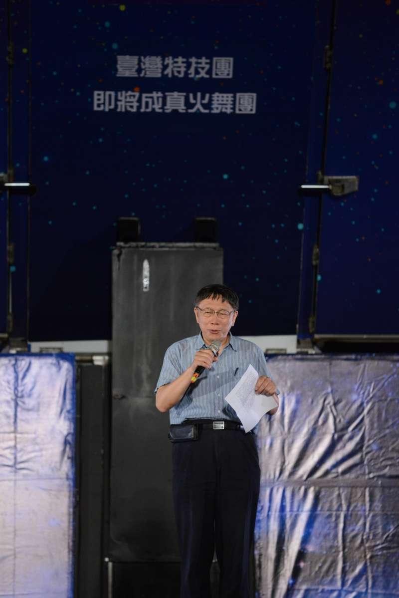 紙風車藝術卡車行動開台秀,6月9日在台北市信義國小表演,台北市長柯文哲到場。(紙風車提供)