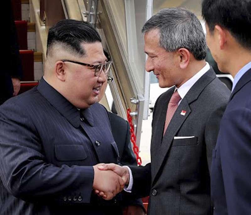 2018年6月10日,北韓(朝鮮)國務委員會委員長金正恩搭機飛抵新加坡,星國外長維文(Vivian Balakrishnan)在樟宜機場迎接。(AP)