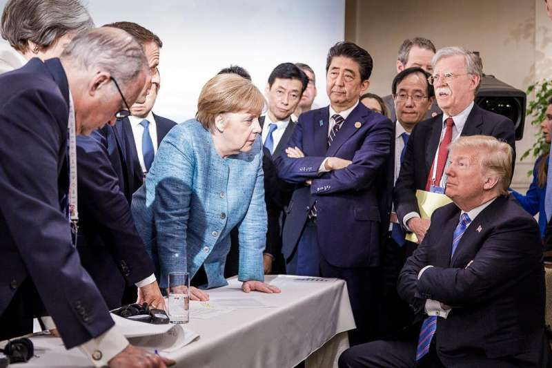 2018年6月,加拿大G7領導人峰會,美國與盟邦關係大幅惡化。左起:美國總統川普、白宮國家安全顧問波頓、日本首相安倍晉三、德國總理梅克爾、法國總統馬克宏、白宮首席經濟顧問柯德洛(IG)
