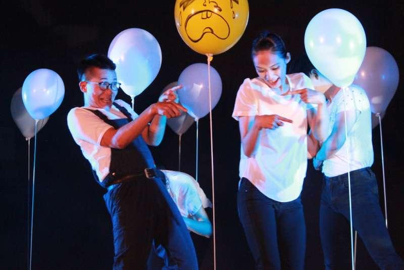 「迷走空間:萬花筒」將萬里國小的多功能教室幻化成百老匯劇場。(圖/國立新竹生活美學館提供)