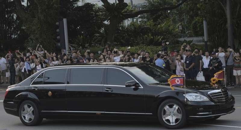 2018年6月川金會,金正恩10日抵達新加坡,乘坐一輛「賓士S600」加長型防彈專車前往下榻的瑞吉酒店(AP)
