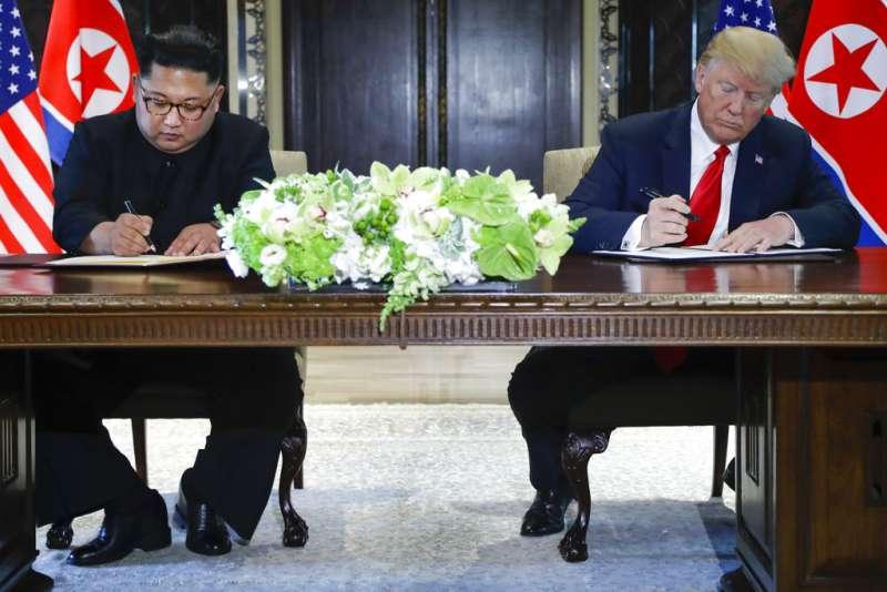 川金會後,川普與金正恩簽署聯合聲明。(AP)