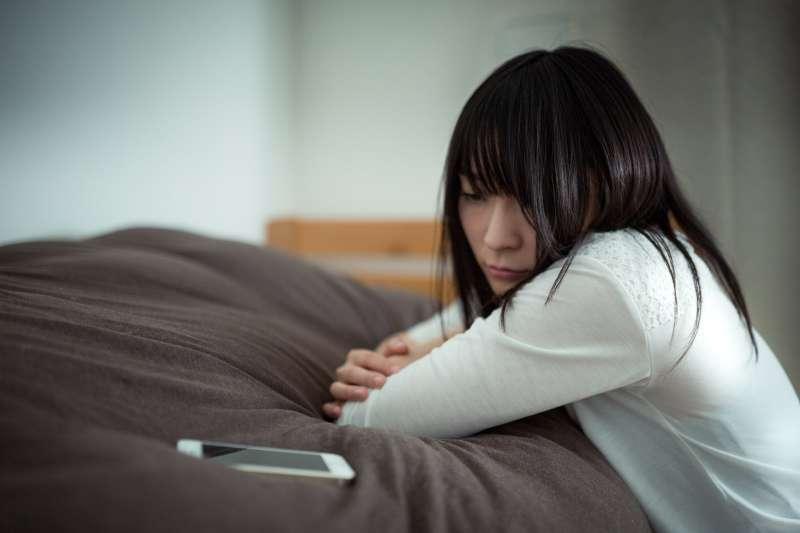 抑鬱症,通俗地說,是種身體疾病。就像你得了肺炎會發燒一樣,得了抑鬱症,你身體裡面的化學物質會發生改變,讓你覺得疲勞、沒力氣。(示意圖非本人/pakutaso)