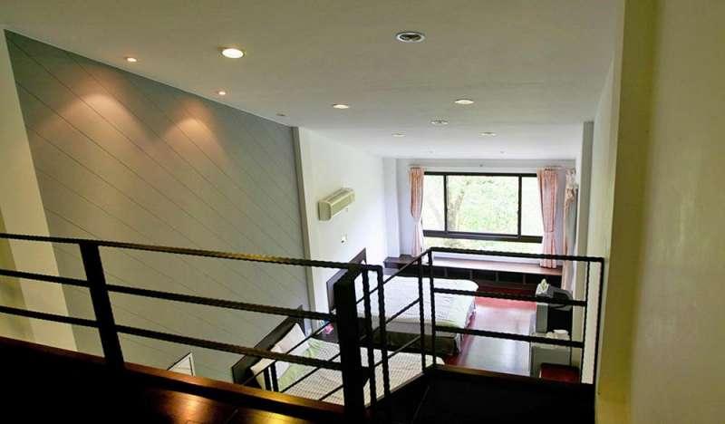 採用樓中樓挑高設計的六人房(圖/HotelsCombined提供)