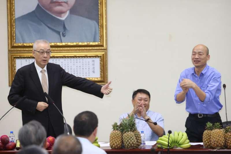 20180613-國民黨黨主席吳敦義(左一)13日參加國民黨農漁業工作委員會工作會議及授證,力挺參選高雄市的韓國瑜(右一)。(陳明仁攝)輔選會報+簽支持農漁業 香蕉