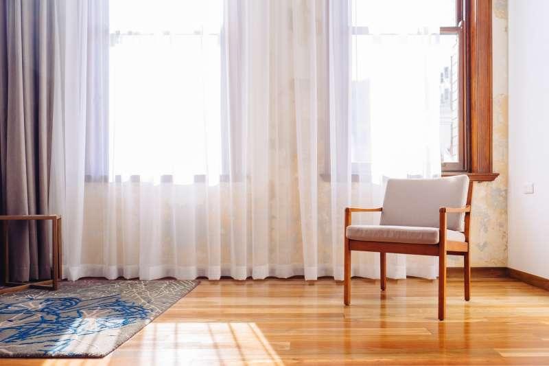 有窗簾遮光及阻擋紫外線,就能坐在窗邊喝杯茶度過愜意的午後時光。(圖/unsplash)