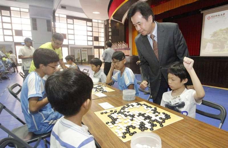 育達科大董事長王育文關心小選手比賽情形。(圖/育達科大提供)