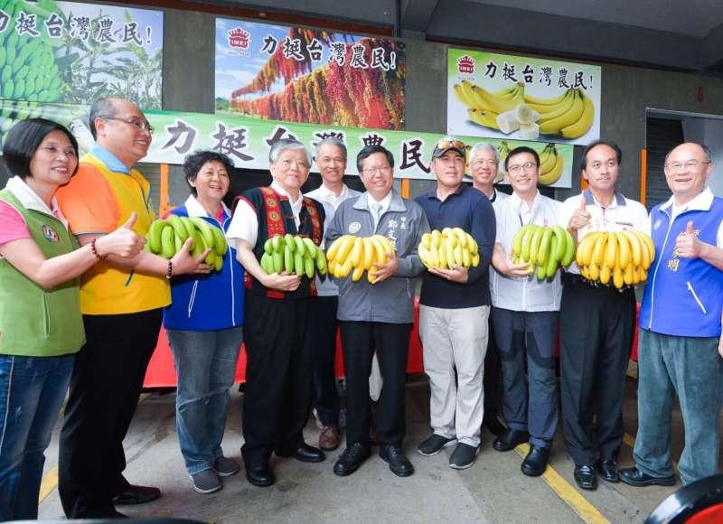 今(107)年天氣炎熱,香蕉、鳳梨及稻米等農產品盛產,需要進行適當的調節工作,有食品公司採購200公噸以上香蕉,將本土農產品加工為食品。(圖/桃園市政府提供)