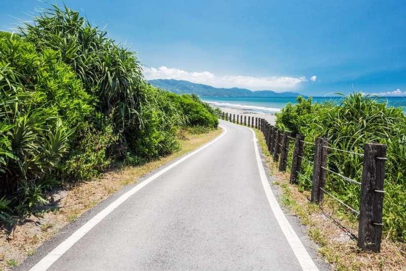 道兩旁種植的白色花朵,在海風的吹拂之下,伴隨在騎乘的過程中,沿途遼闊的太平洋、龜山島,都讓人能享受一趟愜意的單車小旅行。(圖/宜蘭縣政府提供)