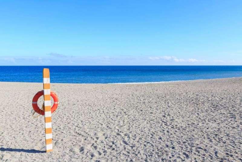 海港外側以沙丘提案與太平洋相隔,背山面海的地形,不只能欣賞旭日東昇的景象,當浪濤席捲沙灘時,佈滿著紋路色彩不一的小礫石,則隨著陽光閃閃發光。(圖/宜蘭縣政府提供)