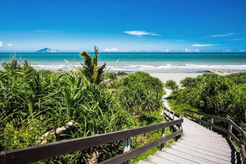 永鎮海濱公園,除了擁有細緻的沙灘和海濱植物外,著名的海濱景點,與細膩的沙質,都很適合當做放鬆心情的地方。(圖/宜蘭縣政府提供)