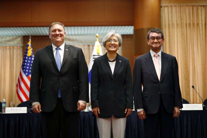 2018年6月14日,(左起)美國國務卿龐畢歐、南韓外長康京和、日本外相河野太郎,針對川金會召開記者會。(AP)