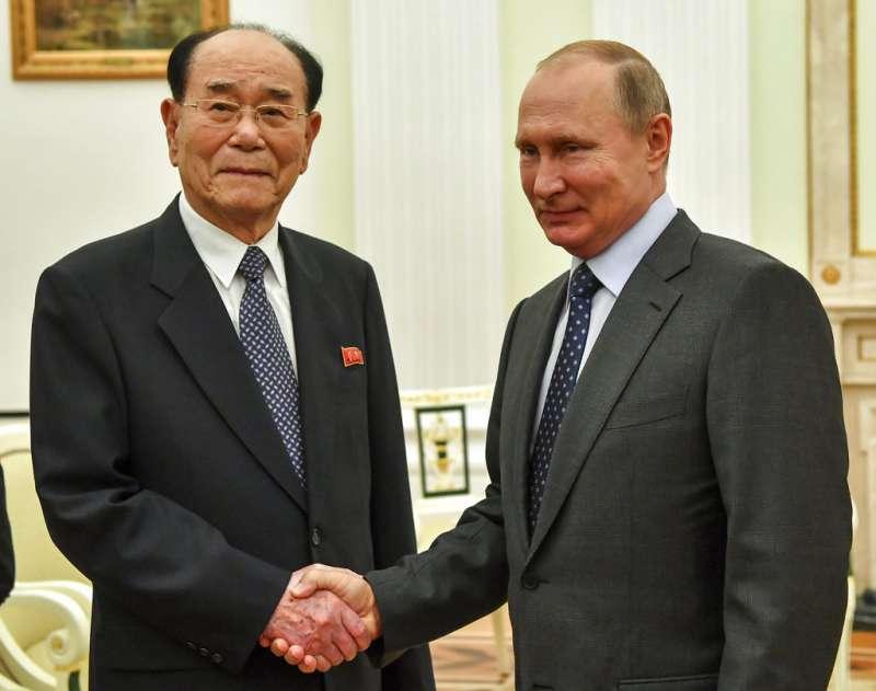 2018年6月14日,俄羅斯總統普京會見前來參加開幕式的北韓最高人民會議委員長金永南。(AP)