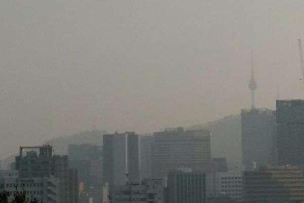 圖1:2018年3月12日下午,正值中共人大、政協兩會期間,北京再度出現重污染陰霾天氣襲韓,圖為陰霾籠罩首爾市內的景象。(取自網路)